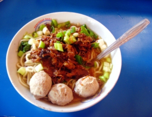 Bakso_in_bowl_on_blue_table_wikipedia