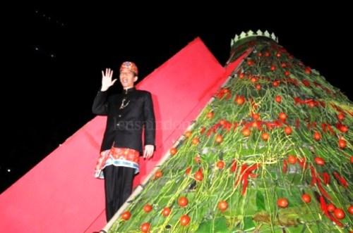 Jokowi potong tumpeng raksasa